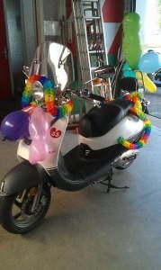 Retro scooter die feestelijk is aangekleed